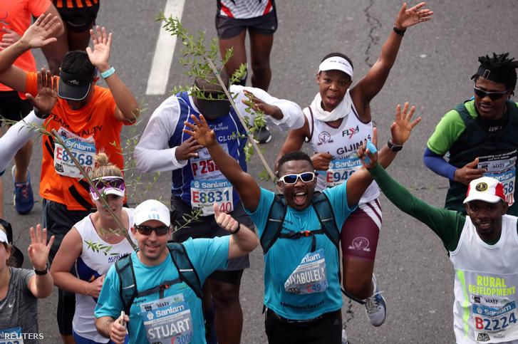 Aktivista és fatermesztő Sokomani ünnepel a fokvárosi maraton végén vasárnap