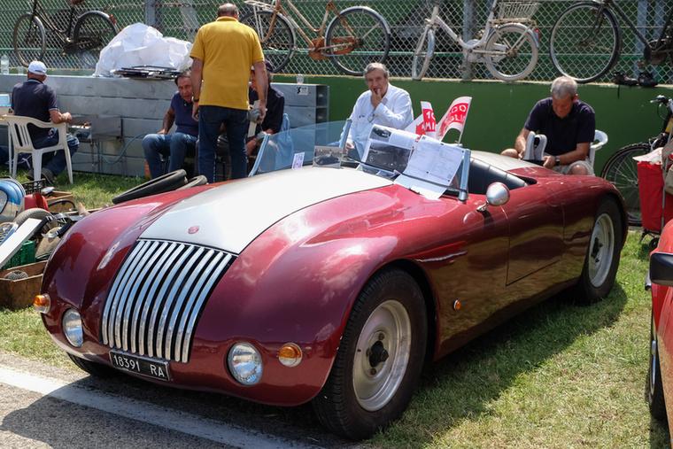 Számomra a börze legérdekesebb autója volt ez az 1952-es Fiat 1100 Ala d'Oro, ilyenek mentek a korai Targa Floriókon és Mille Migliákon is