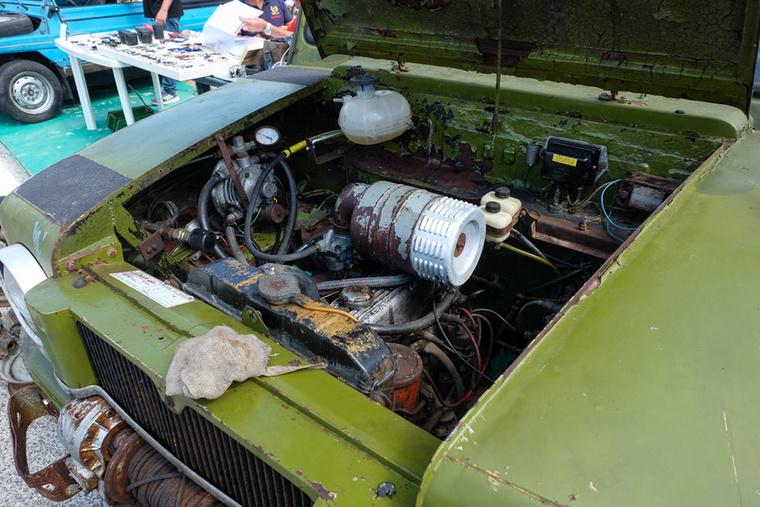 Az a motor ott, kísértetiesen emlékeztet valamilyen Fiat 1100-as sporkivitel motorjára, De ez csak tipp