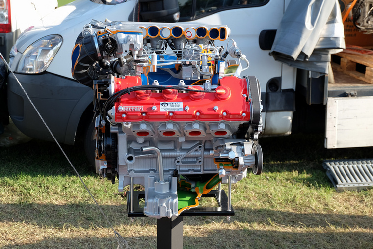 Igen, egy Ferrari-bemutatómotor