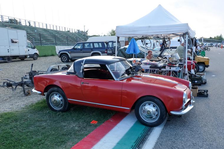 Kicsit ütődött és nagyon rossz szögben álló Alfa Romeo Giulietta Spider (a legendás Spider hasonlóan legendás, de mára kicsit a múlt ködébe vesző elődje)