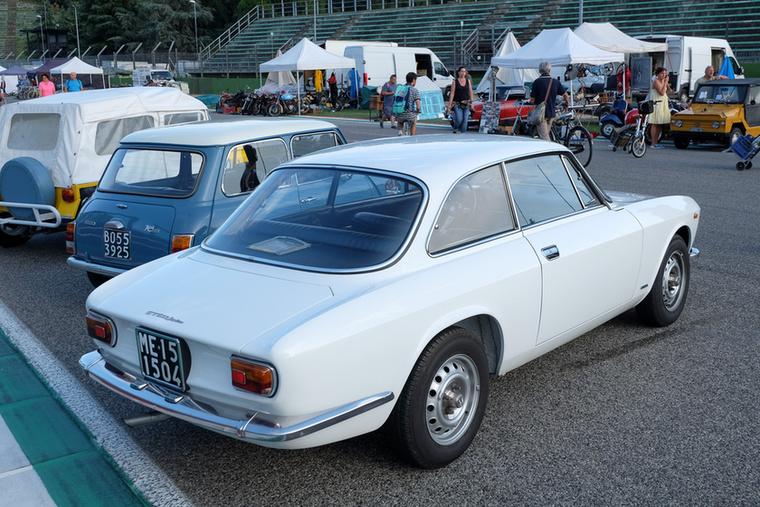 Egy nagyon csinos, fehér 1300 Junior, kérdezgettem, mennyi az annyi, de nem volt mellette tulaj