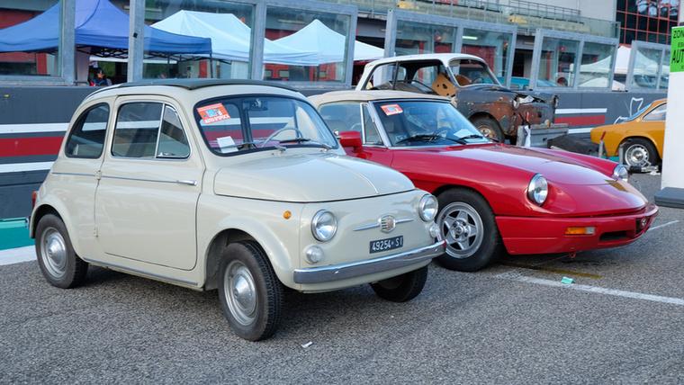 Rettenetesen korrekt Fiat 500 D (ami ugye, öngyilkos ajtós, és a nálunk elterjedt 500 F-ek elődje, 1965-ből vagy korábbról)