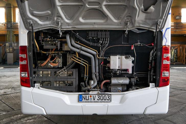Bal oldalon, hosszában lenne a dízelmotor, itt akkumulátor van a helyén
