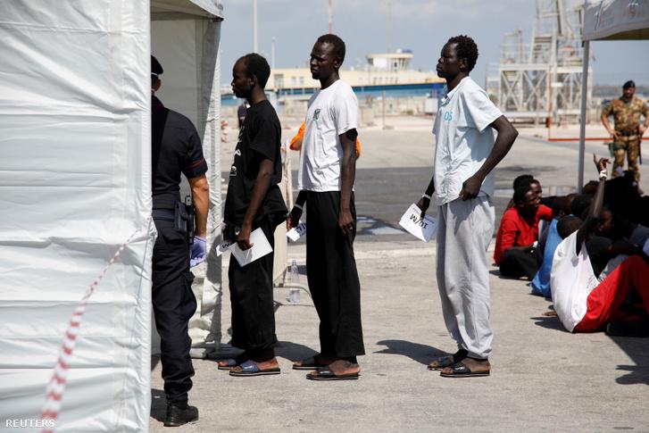Menekültek hagynak el egy német mentőhajót az olaszországi Pozzallo kikötőjében 2019 szeptember 2-án.