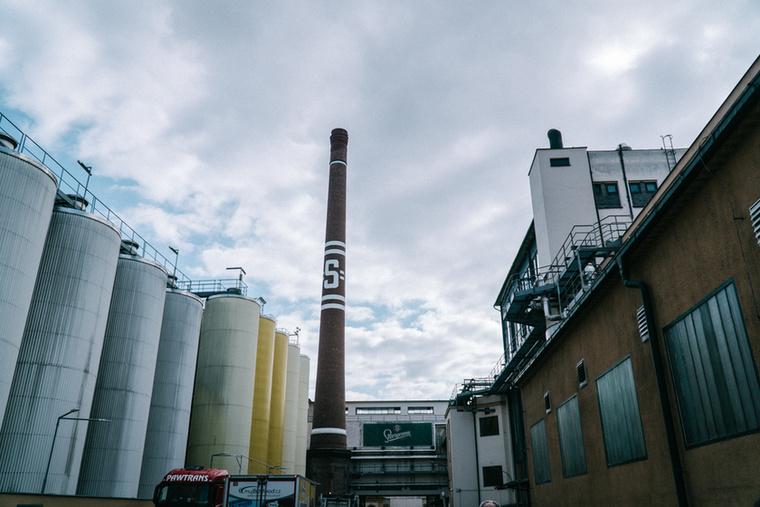 A sörgyár Prága szívében, a Smíchov negyedben található, ahol ódon épületekben, de a legmodernebb technológiával készülnek a sörök.