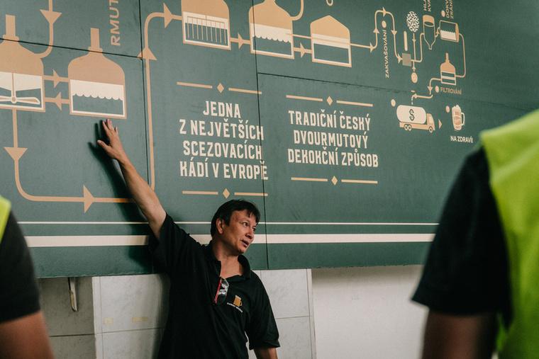 A gyárban David Mathouchanh, a Staropramen egyik sörfőzőmestere kalauzolt körbe minket, akiről nem túlzás azt állítani, hogy a kisujjában van a sörfőzés
