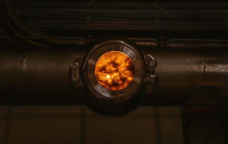 Tiszta sci-fi, nem? A kis nyíláson keresztül megcsodálható, hogy mi történik a gép belsejében.