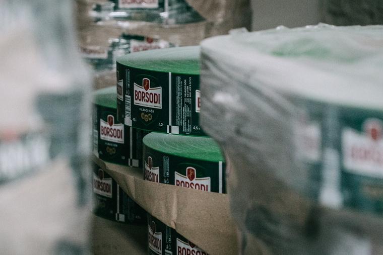 Apropó, ha már itt tartunk, a cseh gyárban nemcsak az ötféle termékből álló Staropramen palettát gyártják, hanem például Miller, Stella Artois, Borsodi és Rákóczi söröket is készítenek