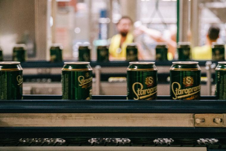 Miközben a futószalagon robogó sörösdobozakat nézegeted, szeretnénk megnyugtatni, hogy a licensz alapján gyártott itthoni Staropramen ugyanolyan, mint a cseh változat.