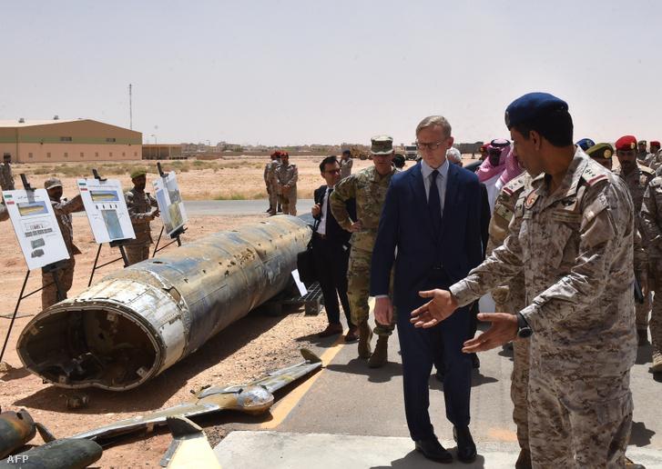Brian Hook (j 2.) az Egyesült Államok iráni különleges képviselője ellenőrzi a szaúdi tisztviselők szerint az iráni gyártású Huthi rakéták és drónok elfogását Szaúdi területen.
