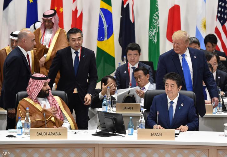 Donald Trump (j) az Egyesült Államok elnöke visszatekint Szaúd-Arábia koronahercegére, Mohammed Bin Salmanre (b első sor), a 2019. június 29-én, Oszakában tartandó G20-csúcstalálkozón a nők munkaerő-piaci részvételéről és a társadalom elöregedéséről szóló 3. ülésen.