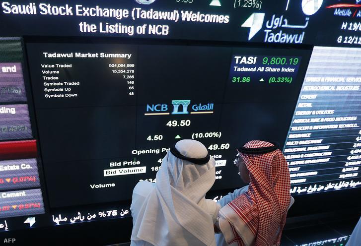 A szaúdi befektetők a Rijádban lévő Nemzeti Kereskedelmi Bank tőzsdei részlegén keresztül ellenőrzik a készleteket. A szaúdi részvények három százalékkal estek a kereskedelem megkezdésekor, 2019. szeptember 15-én.