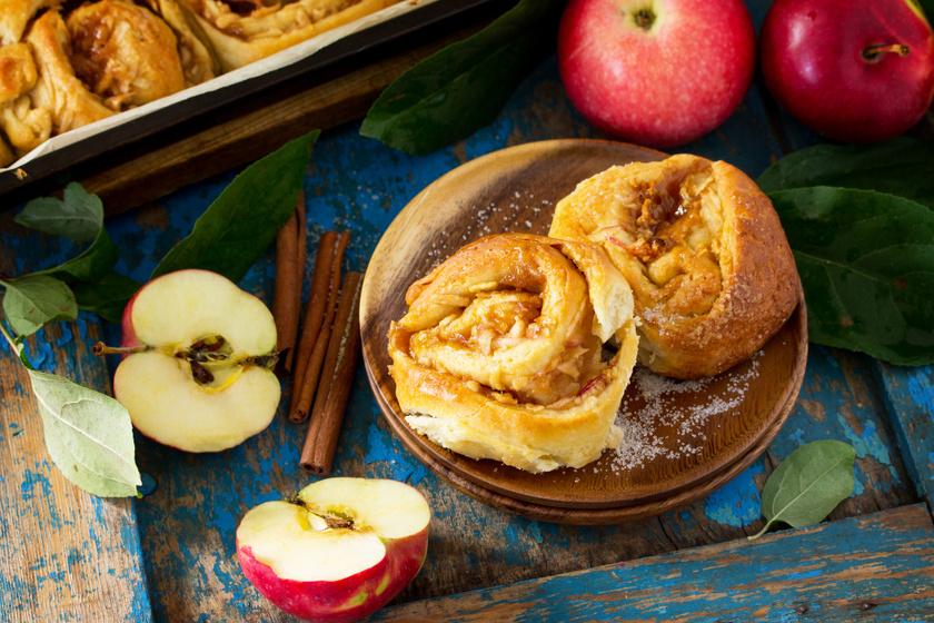 Illatos almás tekercs kelt tésztából: mázzal, fahéjjal ellenállhatatlan