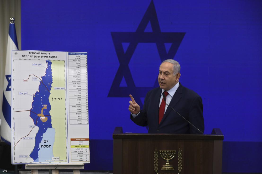 Benjámin Netanjahu izraeli miniszterelnök beszédet mond Tel-Avivban 2019. szeptember 10-én. A kormányfői posztért ismét induló politikus kijelentette hogy választási győzelme esetén Izrael annektálja a palesztin fennhatóságú Jordán-völgyet és a Holt-tenger északi részét.