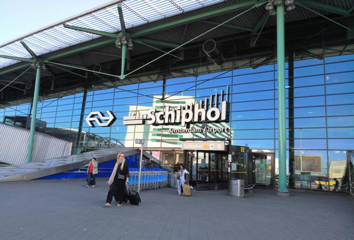 Az amszterdami Schiphol reptér bejárata