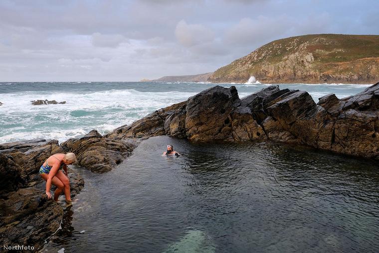 Az angol Cornwall megyében található Pullandase partja a helyiek és a turisták nagy kedvence, de csak kevesen tudják az itt található, a tengerrel szinte egybeolvadó medencékről, hogy nem a természet alkotta őket
