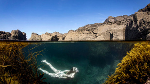 Imádják a turisták ezt az angol bányatavat, van, aki meztelenül fürdőzik benne