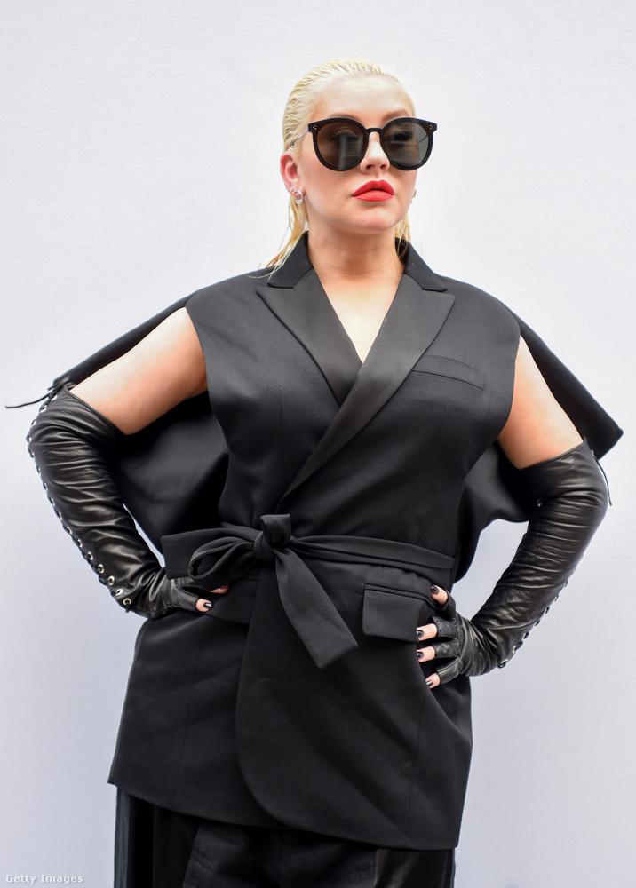 Szintén az utóbbi napokban tűnt fel ebben a ruhában, ami a Rendőrakadémia női szereplőinek túl szexi volt, egy dominajelmezhez meg túl lágy, de arra szerencsére pont jó, hogy eltakarja Christina Aguilera ott, ahol takarni kell