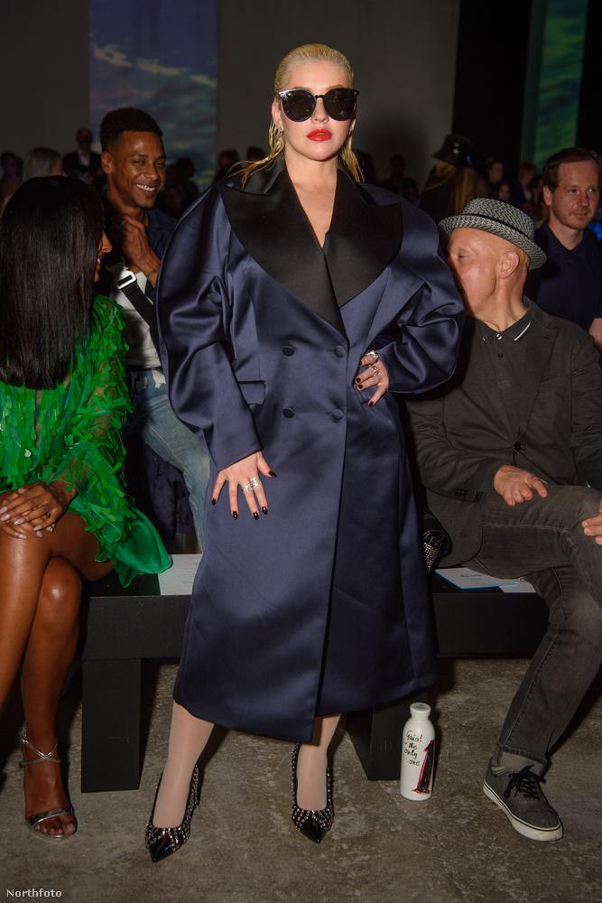 Még egy bő szabású kabát, Christina, és a cukros bácsi női megfelelőjének fognak nézni!