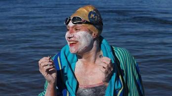 210 kilométert úszott megállás nélkül a rákból felépült nő