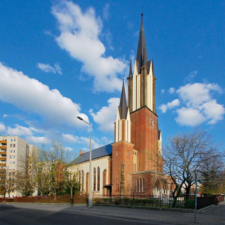 A rákospalota-óvárosi templom a mai Budapest egyik leglátványosabb art déco épülete. Csaba Rezső tervei szerint épült 1938 és 1941 között