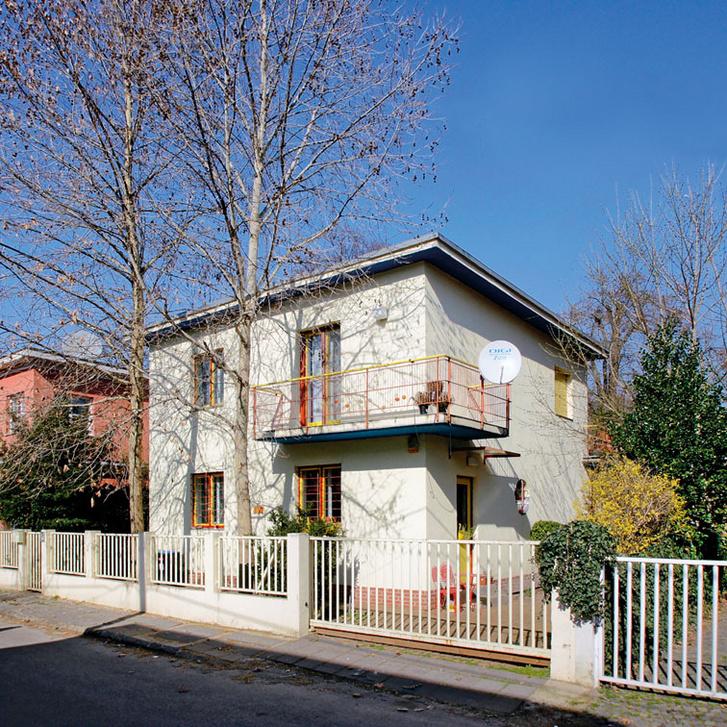 Kozma Lajos háza a Napraforgó utcai kísérleti lakótelepen. Az 1932-ben átadott épületen a korai modernre jellemző színek köszönnek vissza