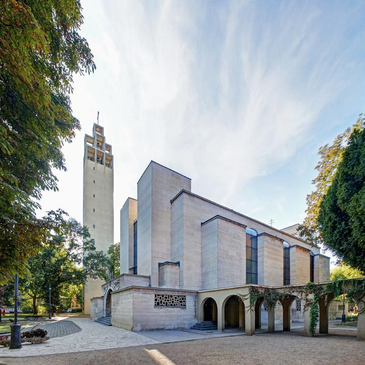 Az Árkay Aladár és fia, Árkay Bertalan tervezte városmajori templom építéséhez közvetlenül a pápától kértek engedélyt, mert féltek, hogy túl merész lenne a hazai klérusnak. A terv sikerült: 1933-ra megépülhetett a főváros első modern stílusú temploma