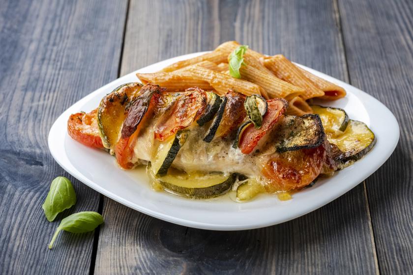 Zöldségekkel, sajttal töltött csirkemell: süsd meg Hasselback módra