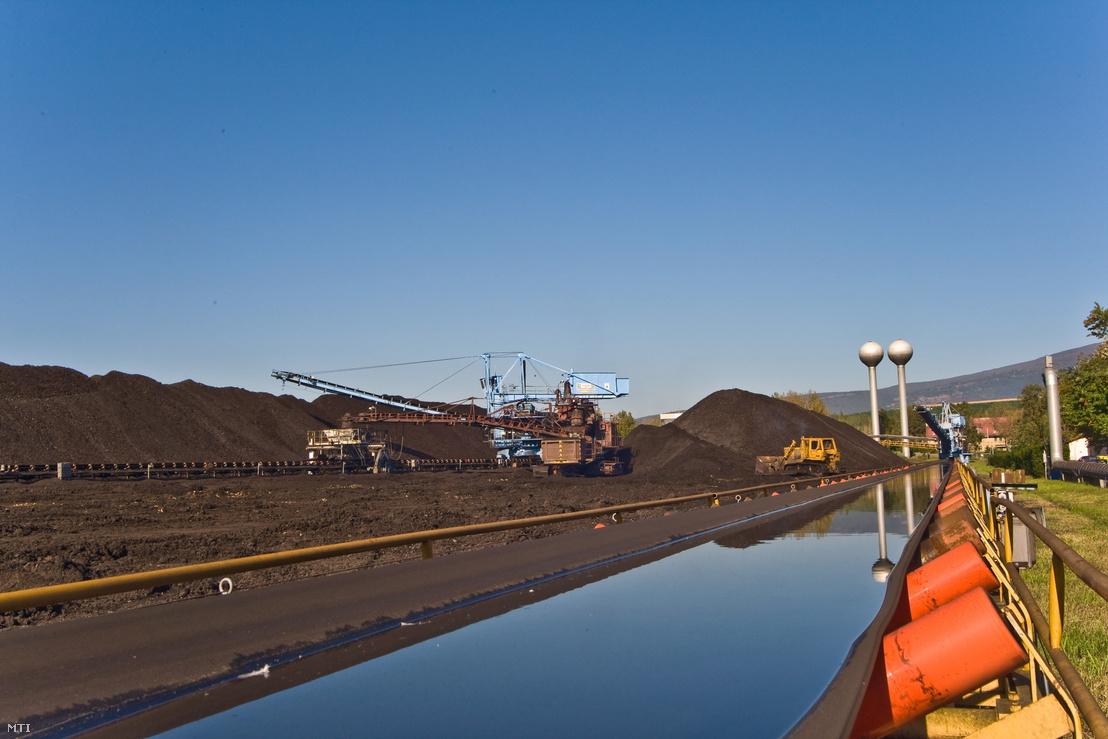 Szén rakodása a Mátrai Erőmű tároló terén. Az erőmű az ország legnagyobb széntüzelésű, villamos áramot előállító erőműve.