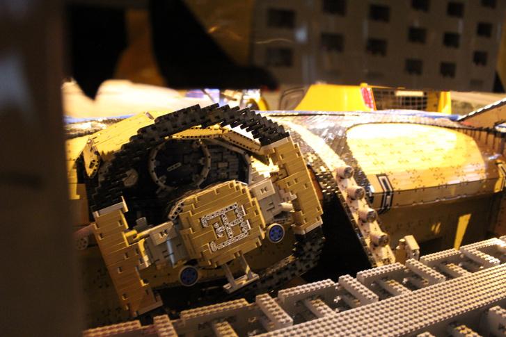 Imádni való részlet, de a kiállításon nem látható: a LEGO alkatrészekből összerakott merevítő az utastérben