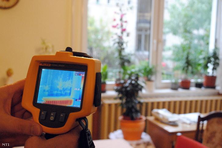 Hőkamerás felvétel egy ablakról. A hűvösebb idő beálltával egyre több ház és lakástulajdonos igényli hogy az ingatlanjáról hőtérkép készüljön. A hőkamerás vizsgálat során készített hőtérkép pontosan megmutatja a hőszigetelés esetleges hibáit.