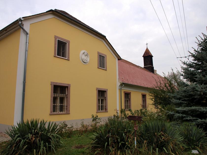 Péliföldszentkereszt kolostorát és templomát máig a szalézi rend működteti.