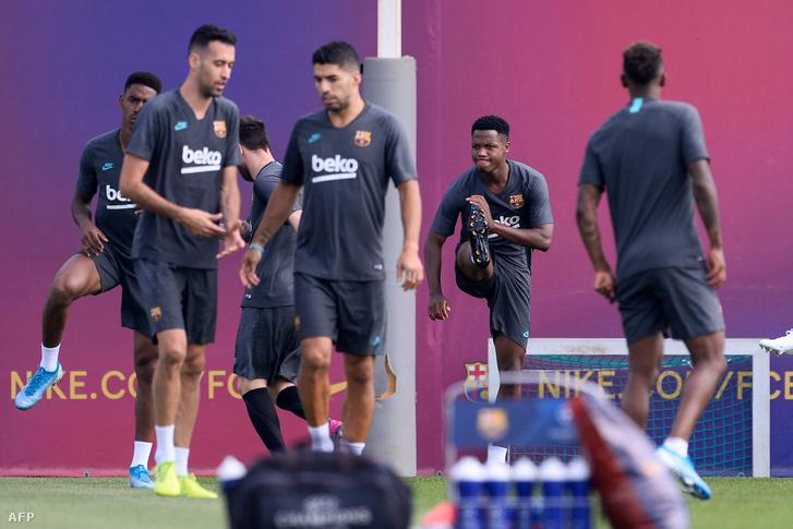 Az elszánt arccal melegítő Ansu Fati jobbján Messi, az előtérben Sergio Busquets és Luis Suarez
