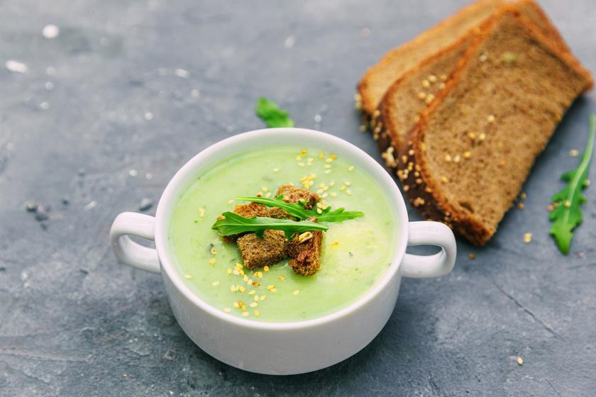 A cukkiniből ízletes levest főzhetsz. Sűrítheted tejföllel, tejszínnel vagy akár joghurttal. Krumplival tartalmasabbá, uborkával diétásabbá teheted. Villámgyorsan megfő, és melegebb napokon behűtve is kínálhatod.
