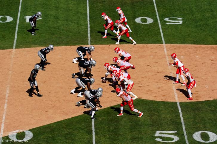A Raiders és a Chiefs játékosai a Raiders stadionjában az utolsó baseball-borításos NFL-meccsen