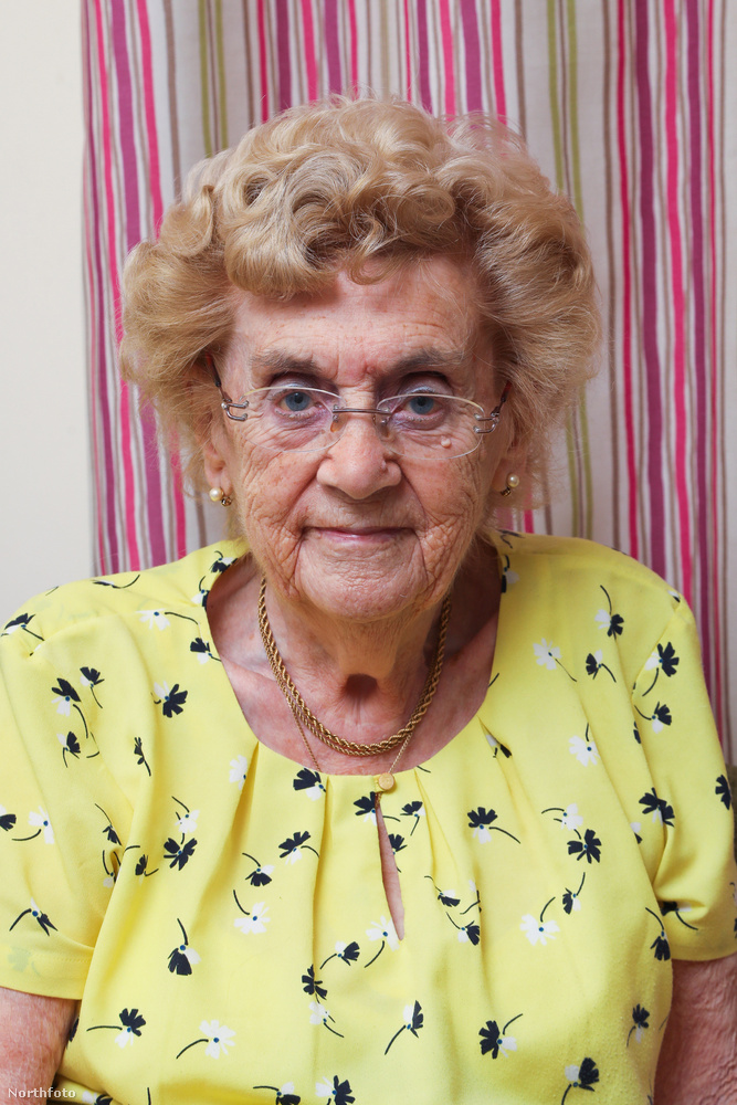 Hilda West történetéről egy korábbi sztori jut az ember eszébe, amit pár éve írtunk meg: amikor egy hasonló korú, szintén brit néninek meghalt a férje, ő is meg szeretett volna emlékezni szerelméről, akivel 70 évet éltek le házasságban, és ő is egy egészen eredeti módot választott