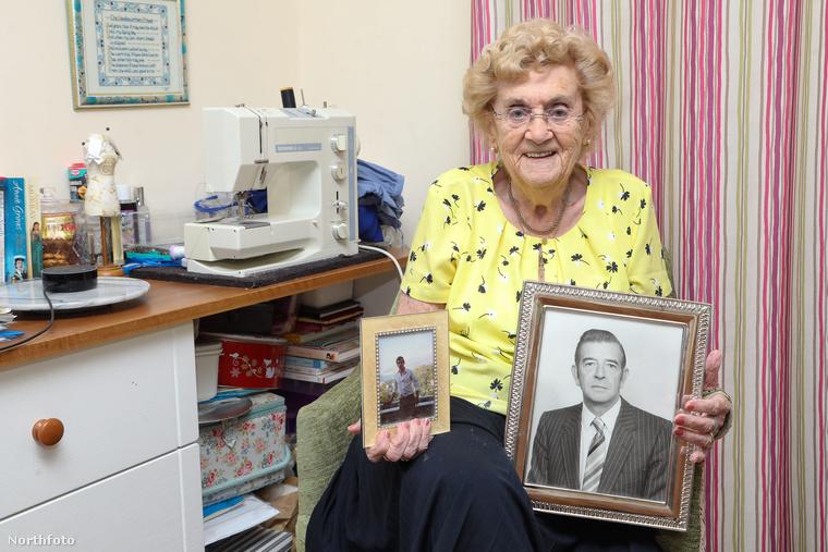 Ezen a képen Hilda West férje és fia fotóit tartja a kezében, mindketten meghaltak már.