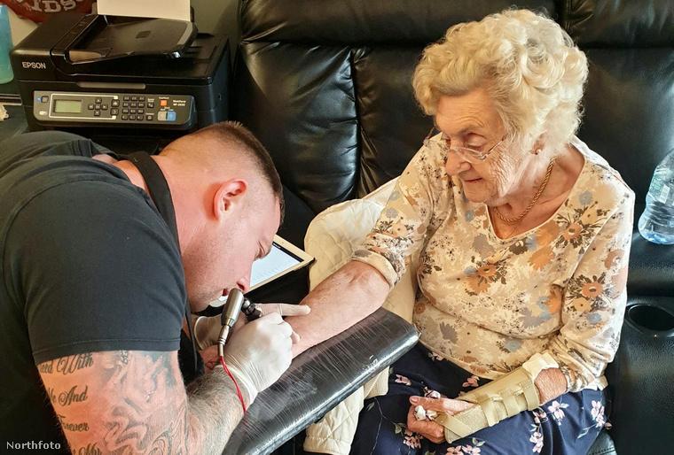 A tetoválást készítő férfi azt mondta, hogy West asszony nagyon jól bírta a varratást