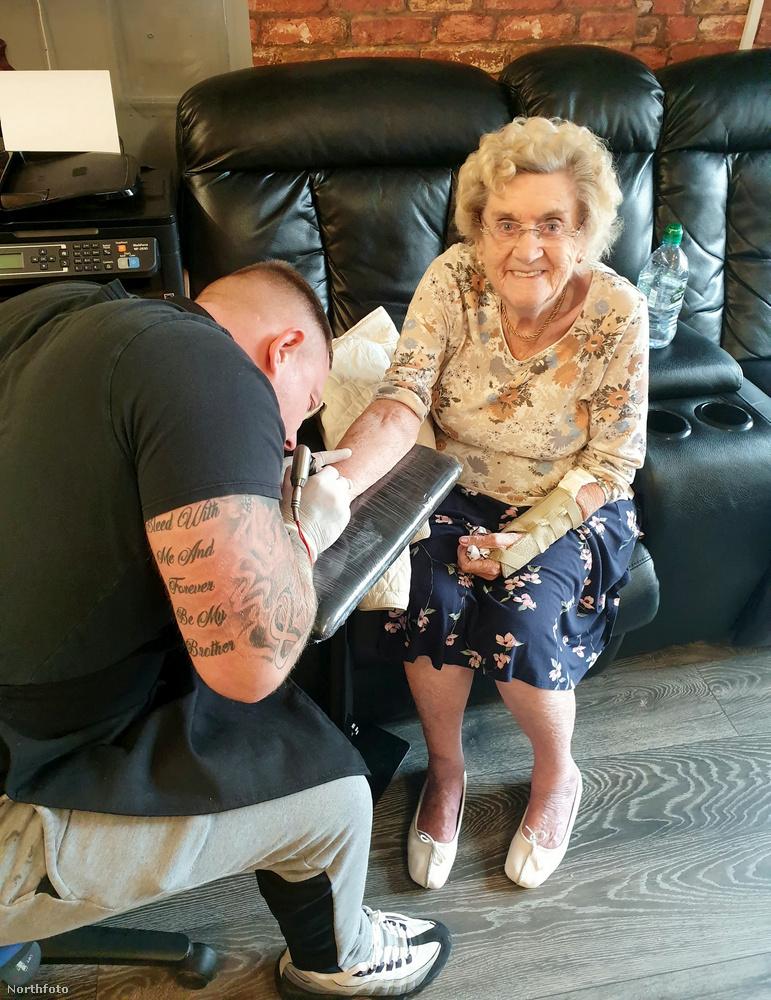 Hilda West maga is azt nyilatkozta, hogy a tetoválás nagyon simán ment, mindössze 20 percig tartott, és ez alatt semmi fájdalmat nem érzett egyáltalán.