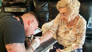 Ez a brit özvegyasszony 94 évesen tetováltatott