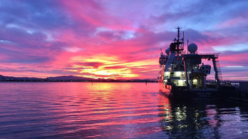 A Raikoke-vulkán kitörése lilává varázsolta napfelkeltéket