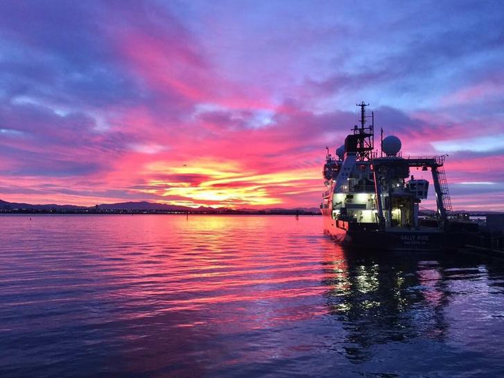 A San Diegó-i Kaliforniai Egyetem Sally Ride kutatóhajója a lila napfelkeltében