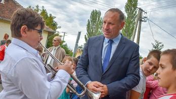 Boldog István általános iskolások gyűrűjében adott át egy parkolót Cserkeszőlőn