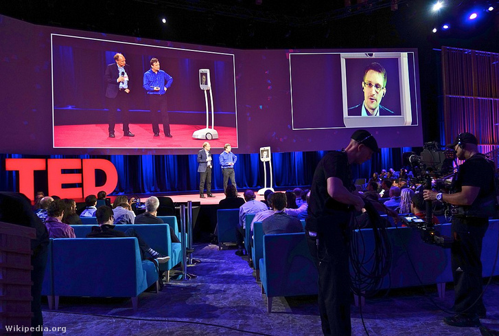 Edward Snowden egy TED-konferencián jelentkezik be videolinken keresztül