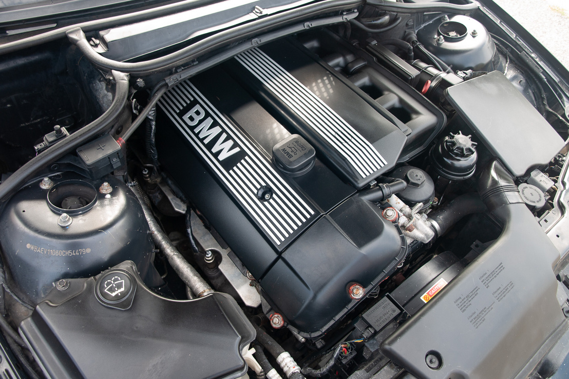 A 320i itt már 2,2 litert takar, a 170 lóerőhöz 210 newtonméter társul. Itt-ott kis szigszalagos javítgatás tetten érhető