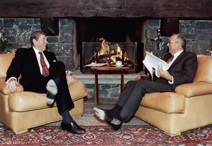 Ronald Reagan és Mihail Gorbacsov az 1985. novemberi genfi csúcstalálkozójuk egyik szünetében. Talán épp a fúziós erőművekről beszélgetnek kedélyesen, a megújuló tüzelőanyagot (fát) égető kandalló melegénél.
