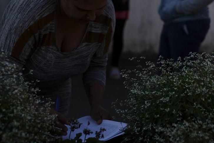 Egy édesanya aláírja a petíciót