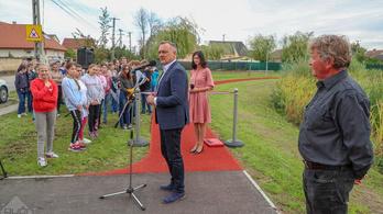 Győrszentivánon egy fél éve kész futópályát adtak át Borkaiék, iskolások adták a hátteret
