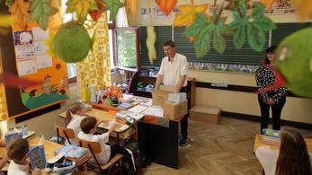 A Pécsi Ítélőtábla elmarasztalta a szekszárdi polgármestert, mert iskolásokkal népszerűsítette magát